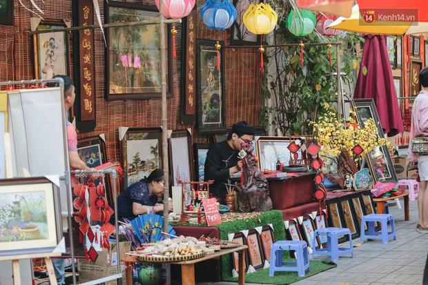 Bà đồ xinh đẹp mặc áo dài, viết thư pháp tại đường hoa mai ở Sài Gòn thu hút nhiều người - Ảnh 2.