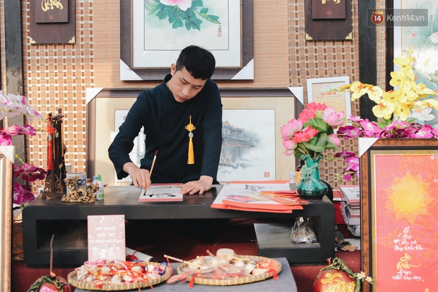 Bà đồ xinh đẹp mặc áo dài, viết thư pháp tại đường hoa mai ở Sài Gòn thu hút nhiều người - Ảnh 3.