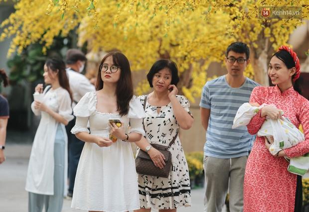 Bà đồ xinh đẹp mặc áo dài, viết thư pháp tại đường hoa mai ở Sài Gòn thu hút nhiều người - Ảnh 10.