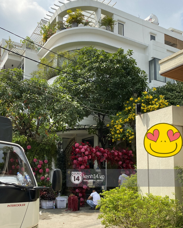 Đám cưới Phan Thành - Primmy Trương: Nhà gái dựng cổng hoa tươi hoành tráng trước biệt thự to đùng vật vã - Ảnh 2.