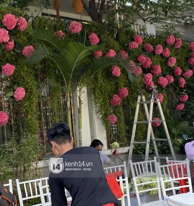 Đám cưới Phan Thành - Primmy Trương: Nhà gái dựng cổng hoa tươi hoành tráng trước biệt thự to đùng vật vã - Ảnh 4.