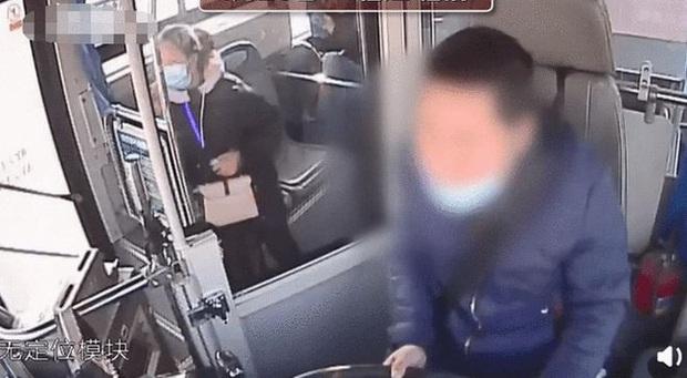 Tài xế xe buýt đang chở khách đột ngột bỏ chạy xuống xe, ngã quỵ rồi qua đời, hành động cuối cùng nhận được nhiều sự cảm kích - Ảnh 1.