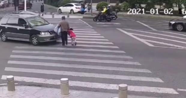 Bất chấp sự ngăn cản của cháu gái, ông nội vẫn băng sang đường để rồi gặp phải thảm kịch, cảnh tượng kinh hoàng được camera ghi lại - Ảnh 3.