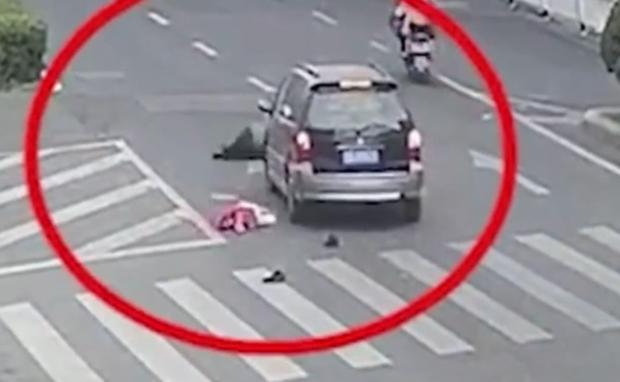 Bất chấp sự ngăn cản của cháu gái, ông nội vẫn băng sang đường để rồi gặp phải thảm kịch, cảnh tượng kinh hoàng được camera ghi lại - Ảnh 4.
