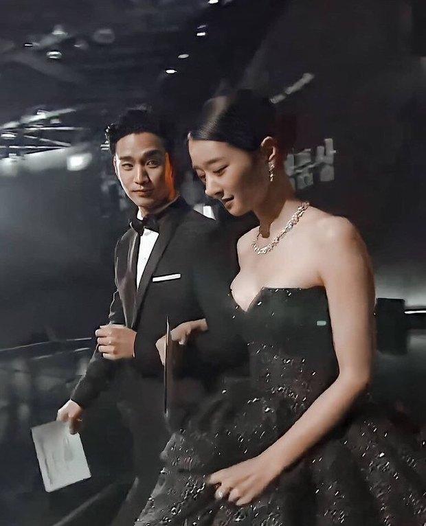 Đụng hàng bộ đầm hơn 130 triệu với ngọc nữ Cbiz, Seo Ye Ji không ngại xén luôn một chi tiết để phô diễn vòng 1 khủng - Ảnh 7.