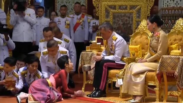 Hoàng quý phi Thái Lan được tấn phong làm Hoàng hậu thứ 2 nhân dịp sinh nhật, xác lập trường hợp vô tiền khoáng hậu trong lịch sử - Ảnh 2.