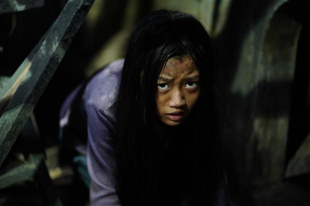 Sao nhí Hai Phượng trợn mắt chết điếng khi bị ma răng nhọn ghé thăm ở poster phim kinh dị Bóng Đè - Ảnh 4.