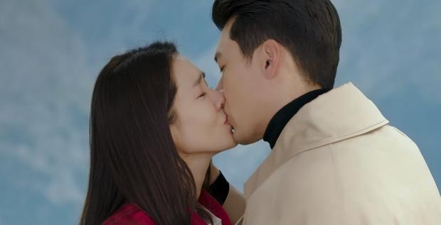 Hyun Bin cứ đóng cảnh hôn Son Ye Jin là tai đỏ bừng bừng, đúng là được khóa môi người yêu có khác! - Ảnh 4.