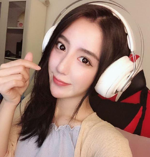 Cosplay em gái trà xanh, nữ streamer 14 triệu follower khiến netizen mất máu vì nhan sắc quá ngọt ngào! - Ảnh 1.
