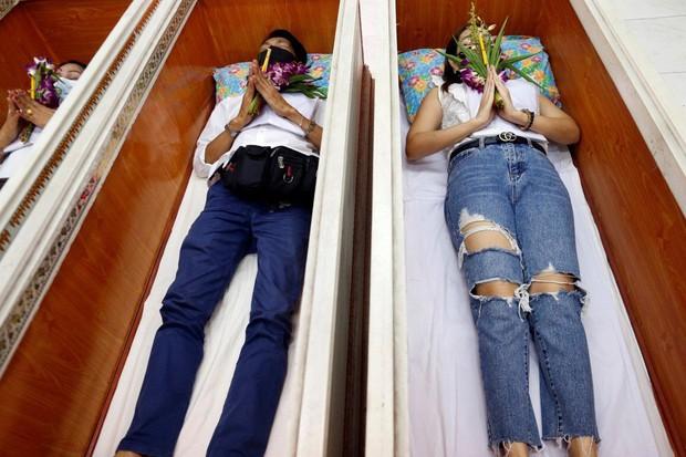 Dân Thái Lan rủ nhau giả vờ chết để giải hạn cầu may - Ảnh 1.