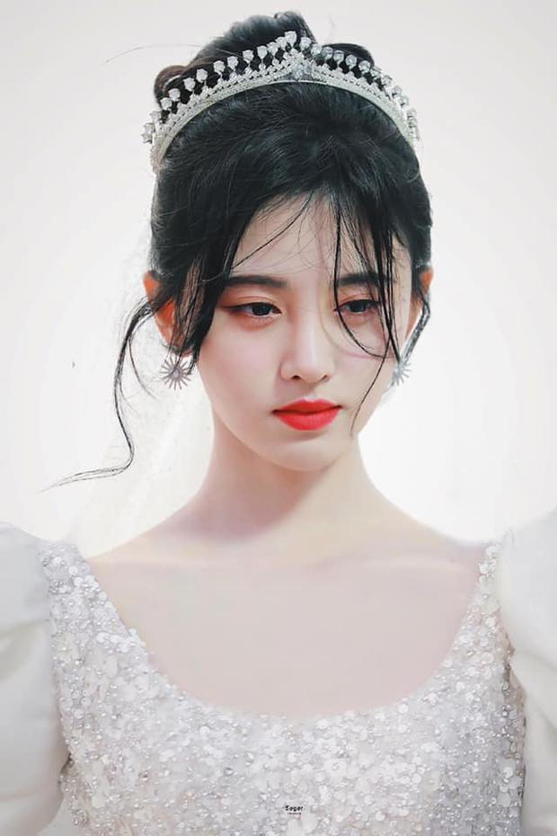 Cúc Tịnh Y hóa cô dâu ở phim mới, fan lại soi mạnh một điểm phục trang như mượn tạm của Á hậu Miss World Việt Nam? - Ảnh 1.