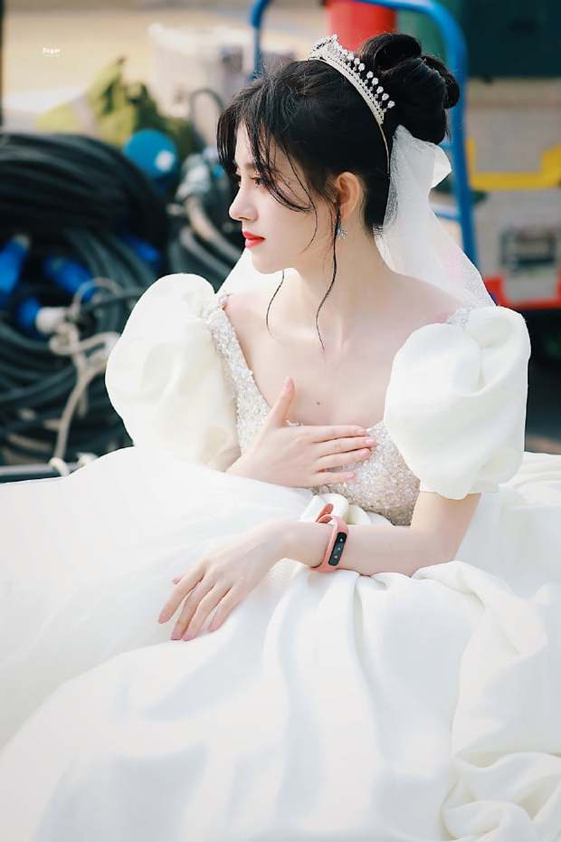 Cúc Tịnh Y hóa cô dâu ở phim mới, fan lại soi mạnh một điểm phục trang như mượn tạm của Á hậu Miss World Việt Nam? - Ảnh 5.