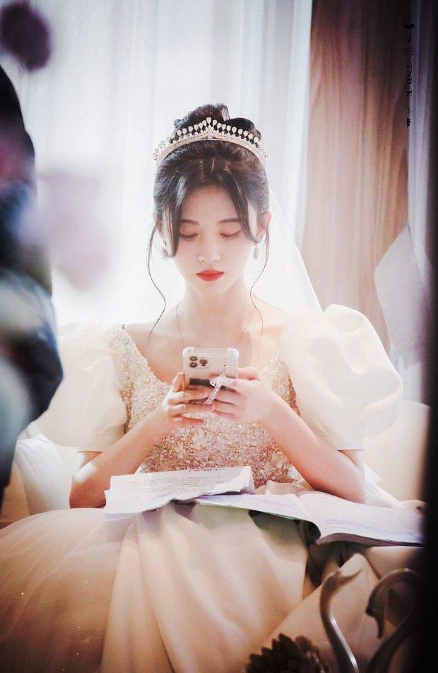 Cúc Tịnh Y hóa cô dâu ở phim mới, fan lại soi mạnh một điểm phục trang như mượn tạm của Á hậu Miss World Việt Nam? - Ảnh 4.