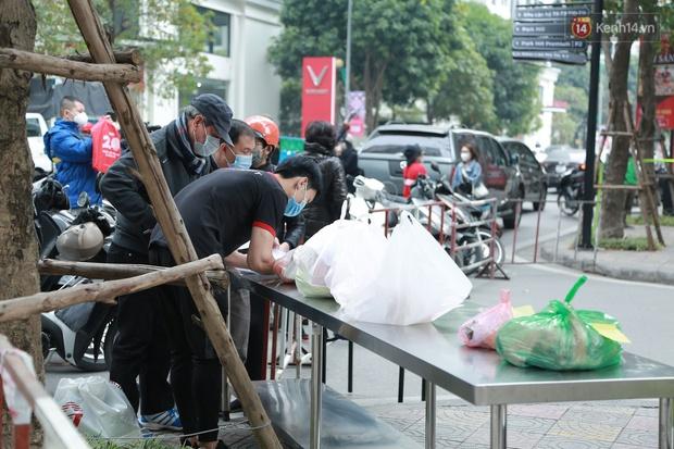 Cận cảnh phong toả toà T6 khu đô thị Times City sau ca Covid-19, người dân liên tục tiếp tế thực phẩm vào bên trong - Ảnh 6.
