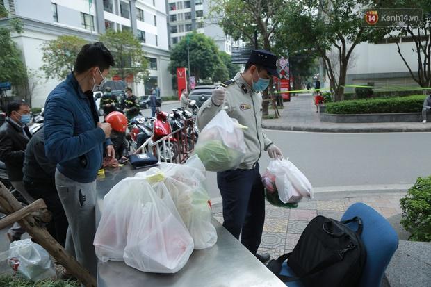 Cận cảnh phong toả toà T6 khu đô thị Times City sau ca Covid-19, người dân liên tục tiếp tế thực phẩm vào bên trong - Ảnh 8.