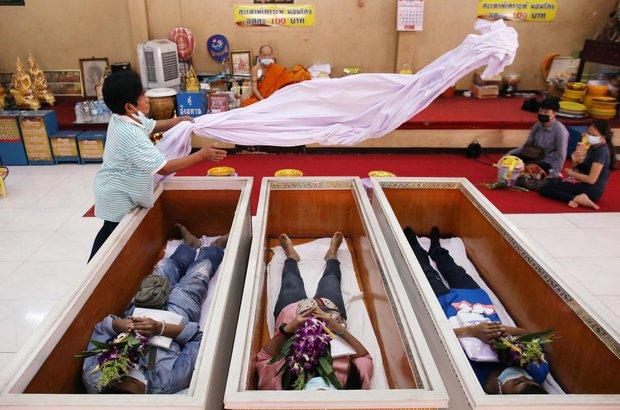 Dân Thái Lan rủ nhau giả vờ chết để giải hạn cầu may - Ảnh 2.