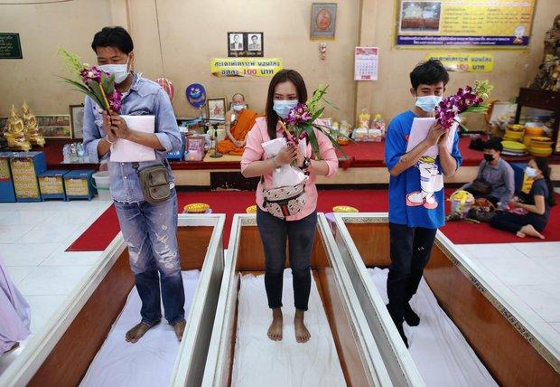 Dân Thái Lan rủ nhau giả vờ chết để giải hạn cầu may - Ảnh 4.