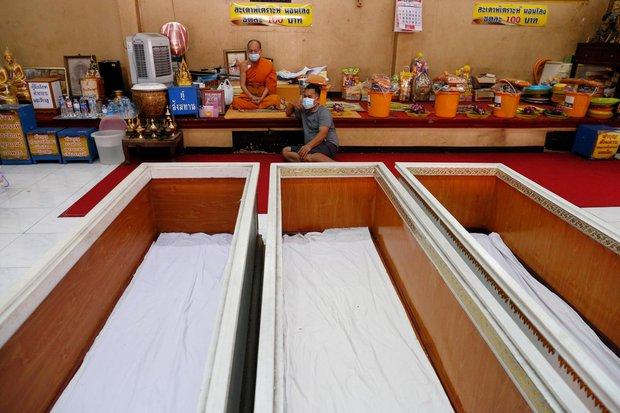 Dân Thái Lan rủ nhau giả vờ chết để giải hạn cầu may - Ảnh 6.