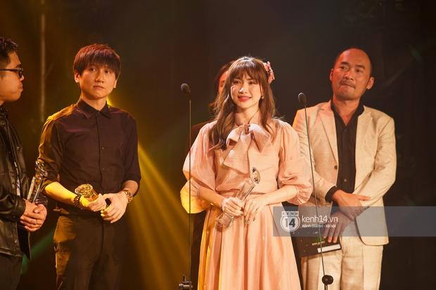 Hoà Minzy nhận giải MV của năm nhưng hành động dành cho Jack trước khi lên sân khấu mới gây chú ý - Ảnh 1.