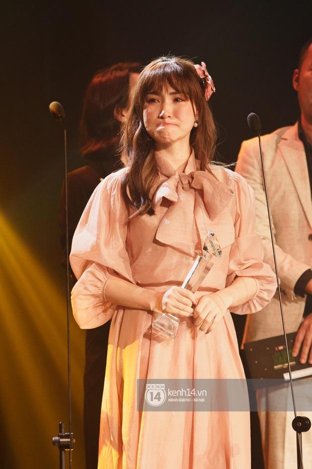 Khoảnh khắc viral: Hoà Minzy bật khóc nức nở tại lễ trao giải, tự nhận xấu nhưng netizen lại phản ứng trái ngược hẳn - Ảnh 3.