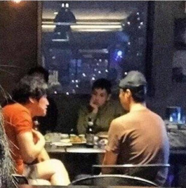 """Bộ dạng các sao Hàn khi được fan bắt gặp đi ăn ngoài: Oh Sehun ảnh cam thường vẫn visual """"huỷ diệt"""", BIGBANG """"cosplay"""" 4 anh em siêu nhân - Ảnh 1."""