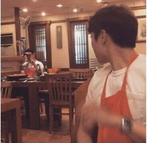 """Bộ dạng các sao Hàn khi được fan bắt gặp đi ăn ngoài: Oh Sehun ảnh cam thường vẫn visual """"huỷ diệt"""", BIGBANG """"cosplay"""" 4 anh em siêu nhân - Ảnh 7."""