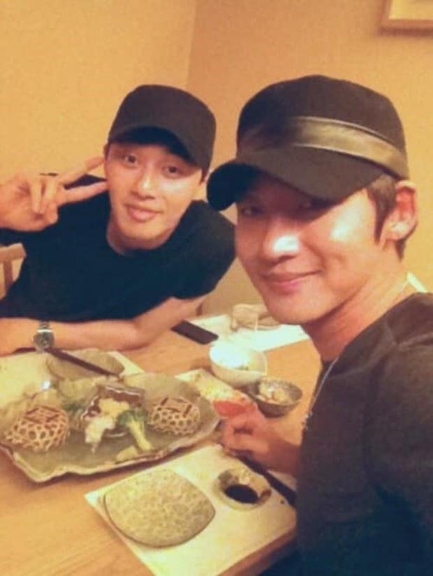 """Bộ dạng các sao Hàn khi được fan bắt gặp đi ăn ngoài: Oh Sehun ảnh cam thường vẫn visual """"huỷ diệt"""", BIGBANG """"cosplay"""" 4 anh em siêu nhân - Ảnh 9."""