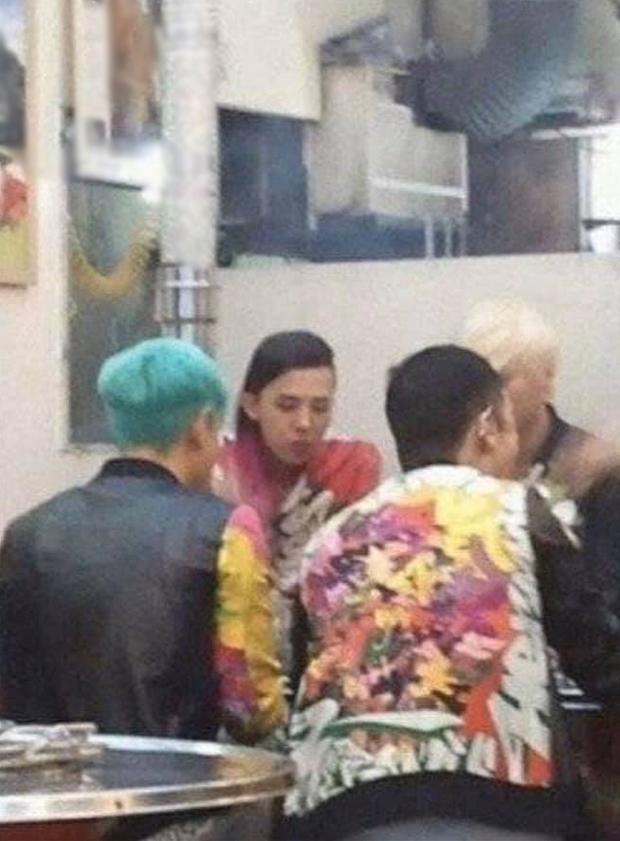 """Bộ dạng các sao Hàn khi được fan bắt gặp đi ăn ngoài: Oh Sehun ảnh cam thường vẫn visual """"huỷ diệt"""", BIGBANG """"cosplay"""" 4 anh em siêu nhân - Ảnh 19."""