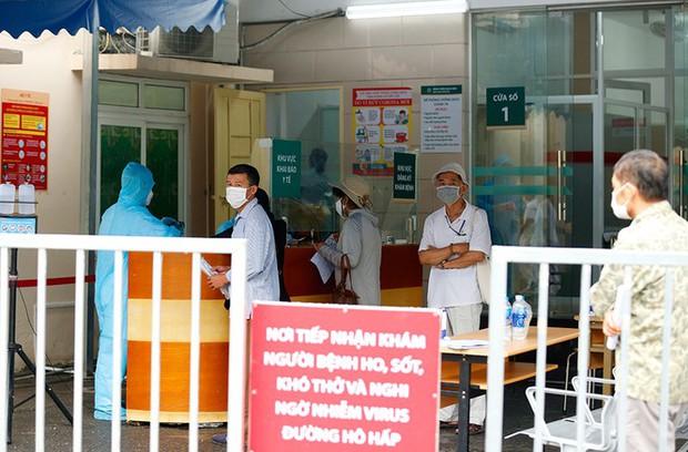Trước diễn biến Covid-19 mới, Bệnh viện Bạch Mai tạm dừng thăm hỏi bệnh nhân tại khu điều trị nội trú - Ảnh 1.