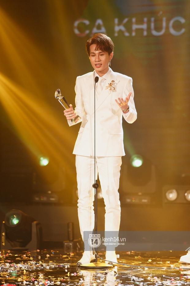 Hoà Minzy nhận giải MV của năm nhưng hành động dành cho Jack trước khi lên sân khấu mới gây chú ý - Ảnh 4.