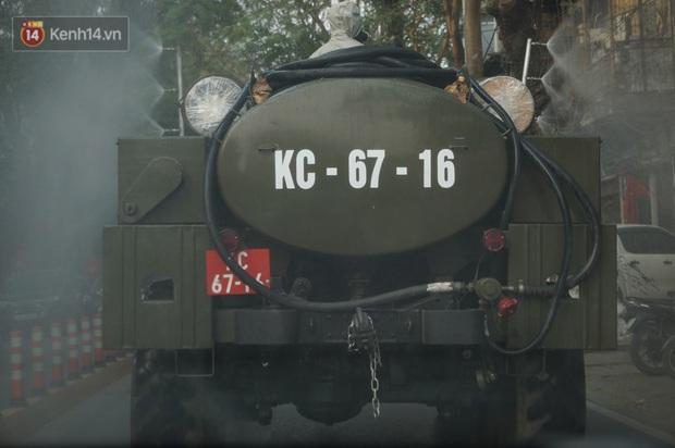 Ảnh: Cận cảnh xe chuyên dụng của Quân đội phun khử khuẩn để phòng chống Covid-19 ở nội đô Hải Phòng - Ảnh 4.