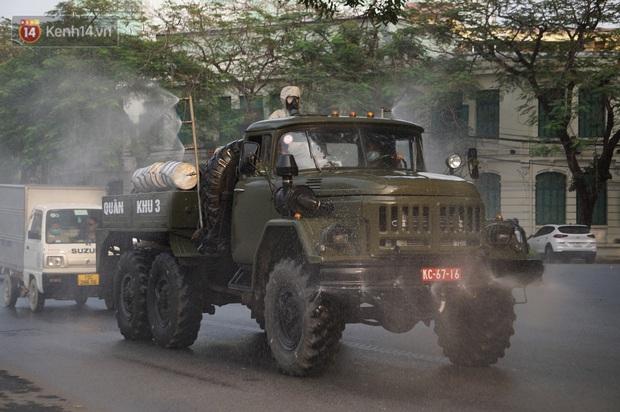 Ảnh: Cận cảnh xe chuyên dụng của Quân đội phun khử khuẩn để phòng chống Covid-19 ở nội đô Hải Phòng - Ảnh 3.