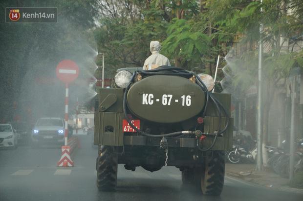 Ảnh: Cận cảnh xe chuyên dụng của Quân đội phun khử khuẩn để phòng chống Covid-19 ở nội đô Hải Phòng - Ảnh 2.