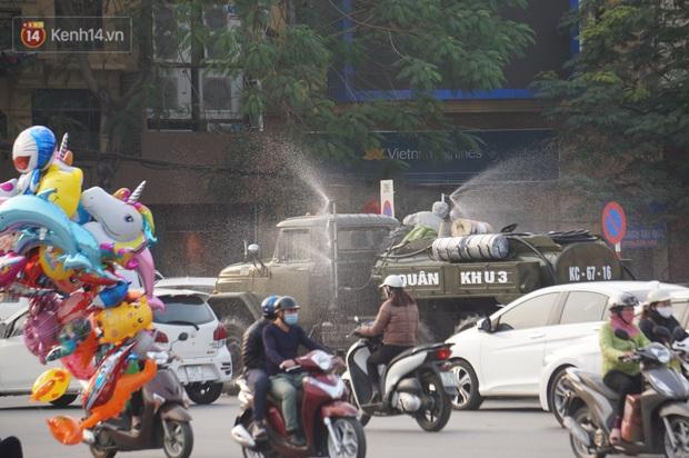 Ảnh: Cận cảnh xe chuyên dụng của Quân đội phun khử khuẩn để phòng chống Covid-19 ở nội đô Hải Phòng - Ảnh 1.