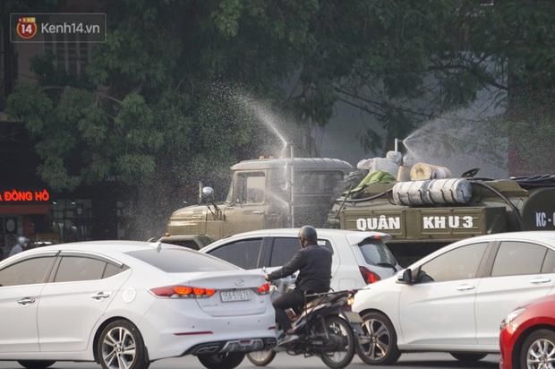 Ảnh: Cận cảnh xe chuyên dụng của Quân đội phun khử khuẩn để phòng chống Covid-19 ở nội đô Hải Phòng - Ảnh 10.
