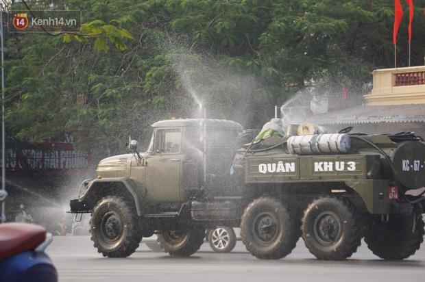 Ảnh: Cận cảnh xe chuyên dụng của Quân đội phun khử khuẩn để phòng chống Covid-19 ở nội đô Hải Phòng - Ảnh 8.