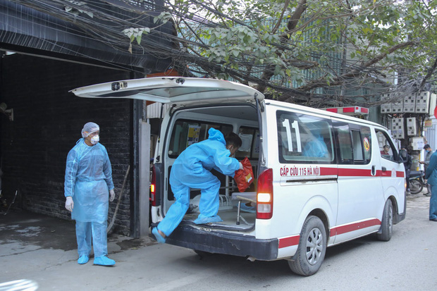 Nam nhân viên sân bay Vân Đồn mắc Covid-19 bị suy hô hấp, tổn thương phổi nặng - Ảnh 1.