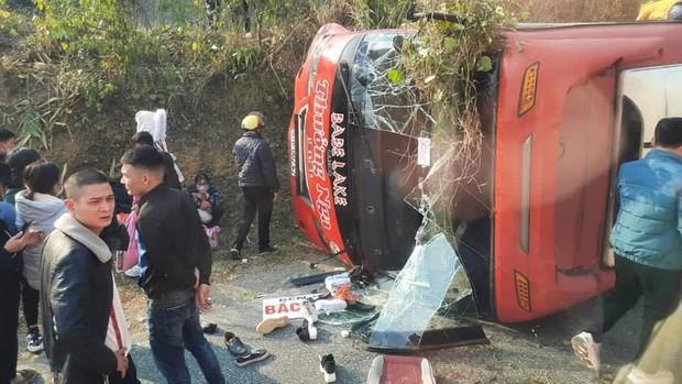 Bắc Kạn: Xe khách mất lái lao vào ven đường, hành khách phá cửa kính thoát thân - Ảnh 1.