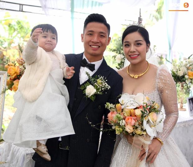 Vợ Bùi Tiến Dũng làm phiên dịch miêu tả loạt ảnh đặc biệt trong ngày cưới ở Hà Tĩnh, Sushi nhập hội nhóc tỳ hề hước Vbiz! - Ảnh 6.