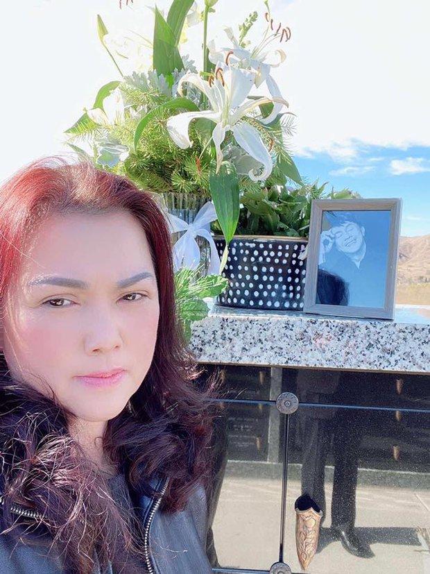 Ca sĩ Phương Loan, Chí Thiện cùng gia đình ra thăm mộ cố NS Chí Tài ngày đầu năm mới, thần sắc của cô gây chú ý - Ảnh 2.