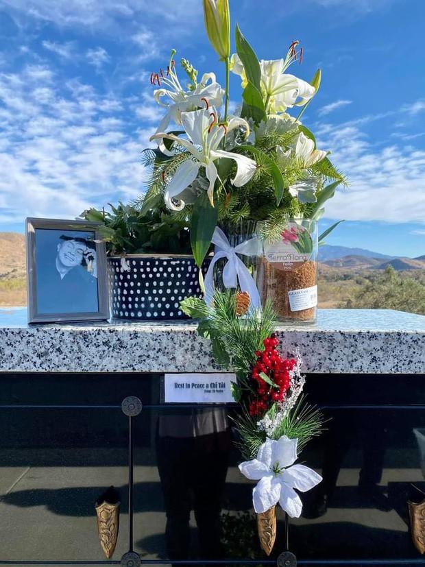 Ca sĩ Phương Loan, Chí Thiện cùng gia đình ra thăm mộ cố NS Chí Tài ngày đầu năm mới, thần sắc của cô gây chú ý - Ảnh 4.