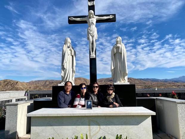 Ca sĩ Phương Loan, Chí Thiện cùng gia đình ra thăm mộ cố NS Chí Tài ngày đầu năm mới, thần sắc của cô gây chú ý - Ảnh 6.