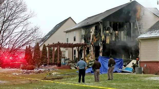 Máy bay lao vào nhà dân tại Mỹ, 3 người thiệt mạng - Ảnh 1.