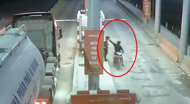 Một nhân viên bị đâm trọng thương khi đang thu phí BOT - Ảnh 1.