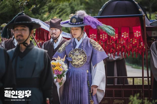 Vừa đánh Kim Jung Hyun váng đầu, Shin Hye Sun được thưởng nóng một nụ hôn ở Mr. Queen tập 8 - Ảnh 1.