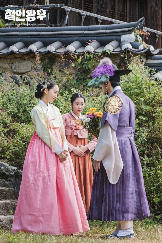 Vừa đánh Kim Jung Hyun váng đầu, Shin Hye Sun được thưởng nóng một nụ hôn ở Mr. Queen tập 8 - Ảnh 2.