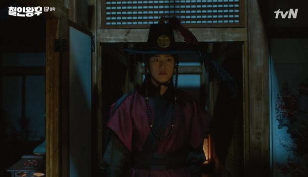 Vừa đánh Kim Jung Hyun váng đầu, Shin Hye Sun được thưởng nóng một nụ hôn ở Mr. Queen tập 8 - Ảnh 9.
