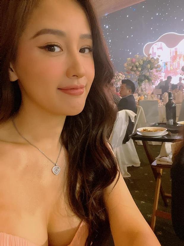 """Mai Phương Thuý đi ăn cưới Phan Thành: Diện váy trễ nải, selfie phô diễn vòng 1 gần 100cm ngồn ngộn ở góc """"hiểm hóc"""" - Ảnh 4."""