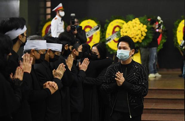 Tang lễ NSND Trung Kiên: Tùng Dương nghẹn ngào tiễn đưa, NS Quốc Trung thông báo không nhận vòng hoa và tiền phúng điếu - Ảnh 4.