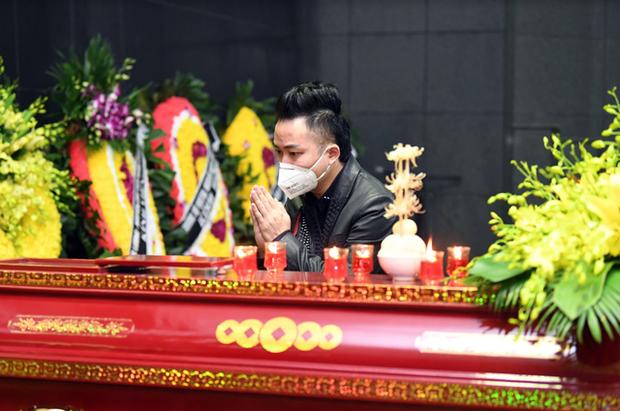 Tang lễ NSND Trung Kiên: Tùng Dương nghẹn ngào tiễn đưa, NS Quốc Trung thông báo không nhận vòng hoa và tiền phúng điếu - Ảnh 3.